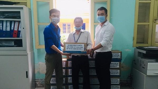 Đại diện 2 đơn vị trao 30 thùng nước uống đóng chai cho Trung tâm Kiểm soát bệnh tật Thừa Thiên Huế.