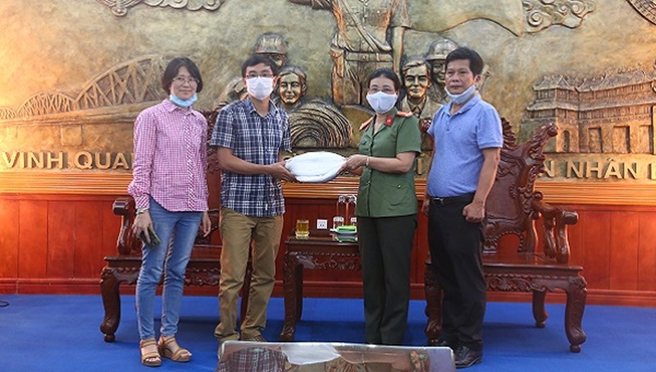 Đại diện doanh nghiệp trao tặng áo quần bảo hộ cho Công an tỉnh Thừa Thiên Huế.