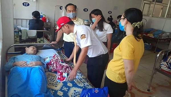 Lãnh đạo hãng taxi và anh Sơn thăm hỏi sức khỏe, chúc mừng sản phụ Giang tại bệnh viện.