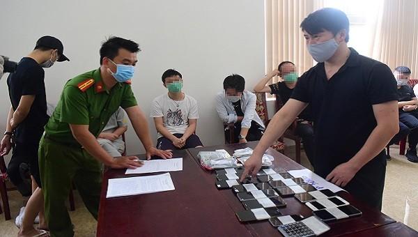 Lực lượng công an tiến hành thu giữ tang vật để phục vụ công tác điều tra
