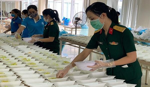 Nữ quân nhân hết lòng chăm sóc bữa ăn cho công dân các khu cách ly