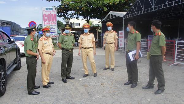 Thượng tá Nguyễn Thanh Tuấn (thứ 3 từ trái sang) động viên các cán bộ chiến sĩ tại các chốt kiểm soát y tế.