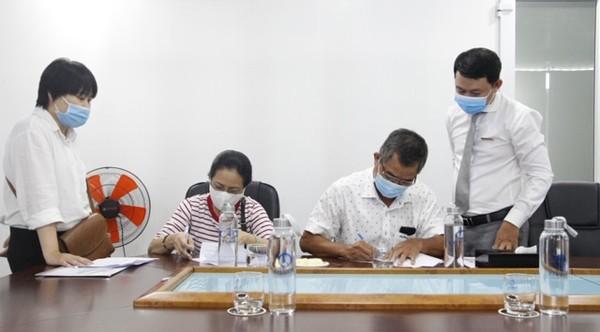 Khách hàng tiến hành ký kết công chứng sang tên sổ hồng.