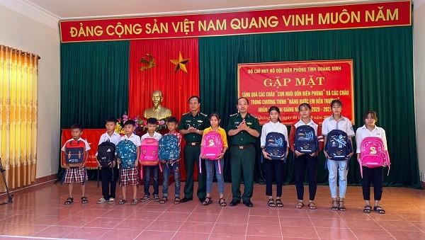 Bộ đội Biên phòng Quảng Bình tặng quà năm học mới cho các con nuôi
