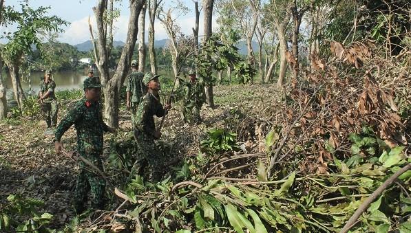 Bộ Chỉ huy Quân sự tỉnh Thừa Thiên Huế đã huy động trên 50 cán bộ, chiến sĩ ra quân tổng dọn vệ sinh sau bão.