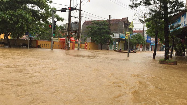 Mực nước sông Kiến Giang tiếp tục tăng cao nguy cơ gây ngập lụt khu vực thị trấn.