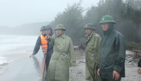 Thượng tá Ngô Nam Cường, Chỉ huy trưởng Bộ Chỉ huy Quân sự tỉnh Thừa Thiên Huế trực tiếp đi kiểm tra công tác phòng chống lũ lụt.