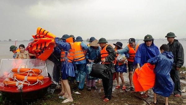 Ban CHQS huyện Phú Lộc khẩn trương di dời người dân thôn Châu Thành, xã Lộc An bị chia cắt do lũ đến nơi an toàn.