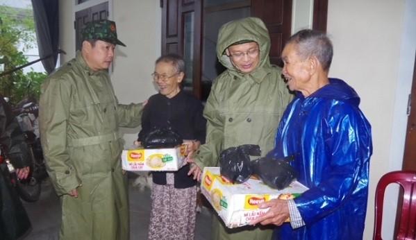 Ông Nguyễn Thanh Bình – Phó Chủ tịch UBND tỉnh tặng quà cho bà con nhân dân huyện Quảng Điền