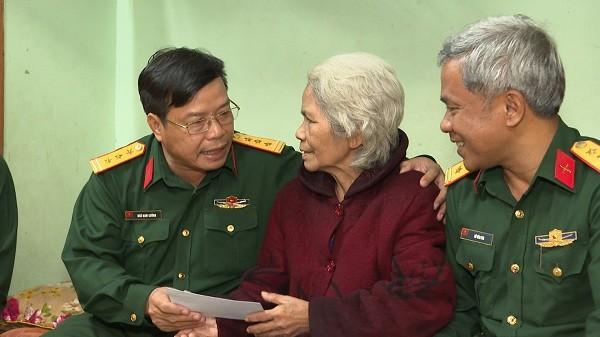 Thượng tá Ngô Nam Cường, Chỉ huy trưởng Bộ Chỉ huy Quân sự tỉnh thăm, tặng quà AHLLVT nhân dân Kăn Đơm.