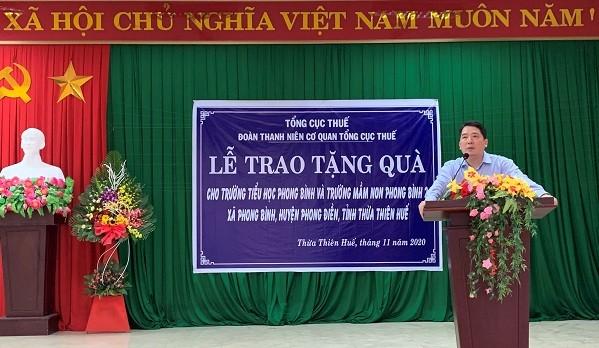 Ông Cao Anh Tuấn - Tổng cục trưởng Tổng cục Thuế - đến thăm hỏi, động viên bà con bị ảnh hưởng do thiên tai lũ lụt  tại Xã Phong Bình, huyện Phong Điền, Thừa Thiên Huế.