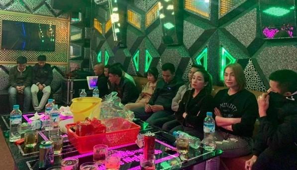 Bắt quả tang 11 nam, nữ vào quán karaoke 'bay lắc' cùng ma túy