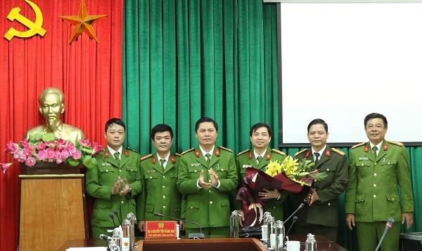 Đại tá Nguyễn Tiến Hoàng Anh – Phó Giám đốc Công an tỉnh Quảng Bình tặng hoa chúc mừng và trao thưởng nóng 10 triệu đồng cho Ban chuyên án.