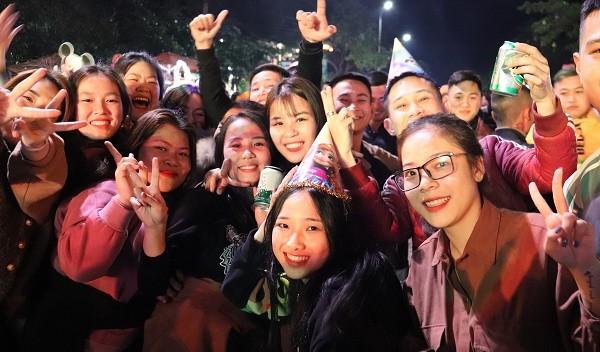 Rất đông các bạn trẻ đến tham gia Chương trình chào đón năm mới 2021 tại trung tâm thị trấn Phong Nha.
