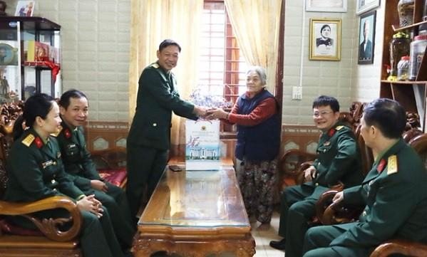 Bộ CHQS tỉnh Thừa Thiên Huế thăm và tặng quà các gia đình chính sách tại huyện A Lưới