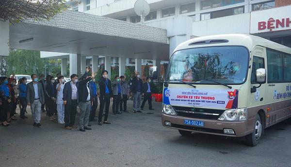 Chuyến xe yêu thương đưa các bệnh nhân nghèo có cơ hội về quê đón Tết.