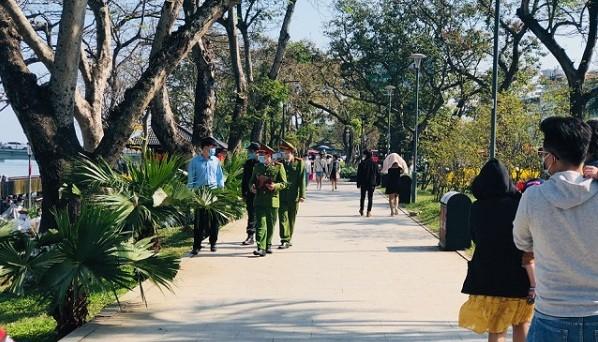 5 trường hợp không đeo khẩu trang nơi công cộng đã bị lực lượng công an thành phố Huế xử lý.
