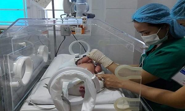 Cháu bé đang được điều trị tại bệnh viện.