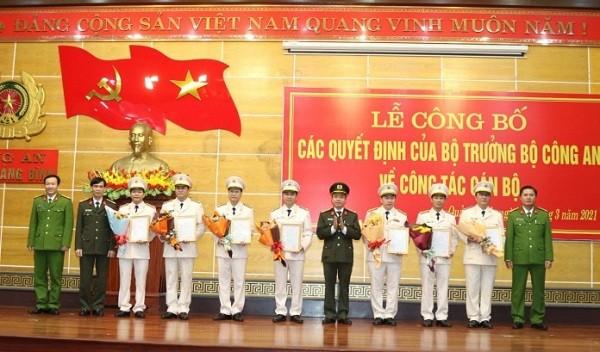Lãnh đạo Công an tỉnh Quảng Bình tặng hoa chúc mừng các đồng chí được điều động nhận nhiệm vụ trưởng phòng, trưởng huyện.