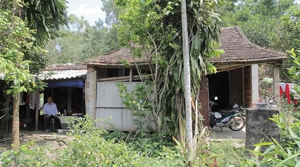 Ông Đặng Xuân Oanh trong ngôi nhà sơ sài khi 3 lần khởi kiện đòi 47 triệu tiền lương bị Công ty nợ.