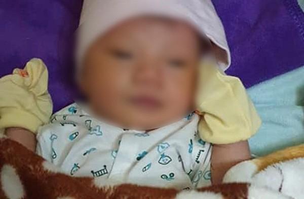 Xót xa bé trai sơ sinh nặng khoảng 3kg bị bỏ rơi bên quốc lộ.