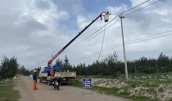 Công nhân kiểm tra sửa chữa hệ thống lưới điện đảm bảo cấp điện ổn định.