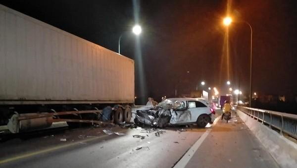 Tài xế xe sang tử vong trong tai nạn liên hoàn
