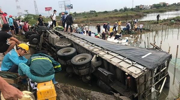 Hành động đẹp của người dân Quảng Bình khi xe chở dưa hấu bị lật
