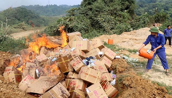 Lào Cai: Tiêu hủy lô hàng nhập lậu trị giá gần 1 tỷ đồng