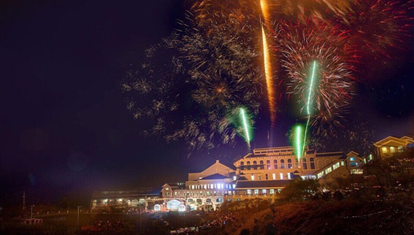Bắn pháo hoa mừng thị xã mới Sa Pa
