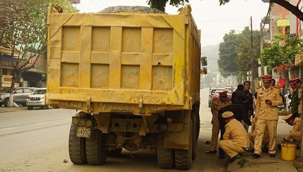 Xe tải vượt ẩu chèn bé gái tử vong