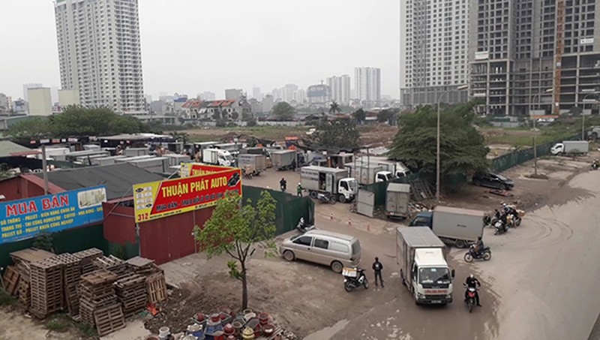 Bãi xe và điểm tập kết hàng hóa trên đường Nguyễn Xiển