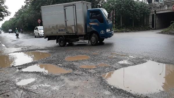 Đường gom Đại lộ Thăng Long xuống cấp nghiêm trọng