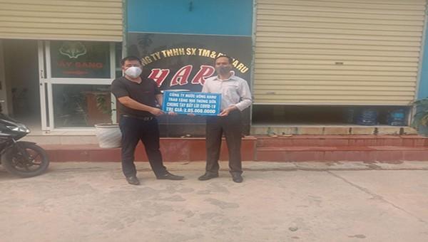 Công ty HaRu trao tặng sữa cho các hộ nghèo trên địa bàn huyện chung tay đẩy lùi Covid-19