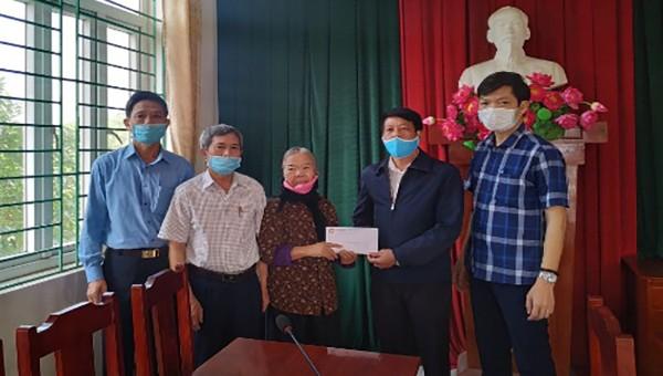 UB MTTQ huyện Vĩnh Tường trao 40 triệu kinh phí tạm ứng xây tặng nhà  bà Phí Thị Ninh hộ nghèo thôn Thạch Ngõa, xã Thượng Trưng