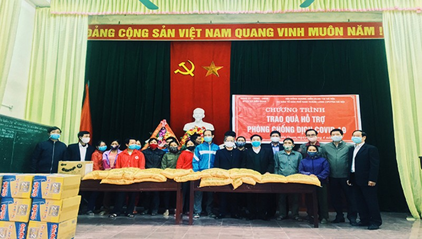 Trao quà hỗ trợ tại huyện Tam Nông, tỉnh Phú Thọ phòng chống dịch Covid-19