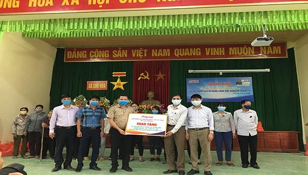 Đại diện ban tổ chức trao tặng quà tình nguyện cho 3 xã khó khăn tỉnh Phú Thọ.