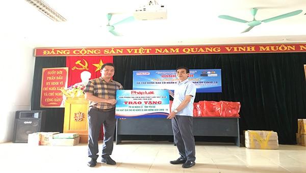 Ông Vũ Đình Tiến trao tặng quà đại diện cho Chủ tịch UBND xã Nghĩa Lộ