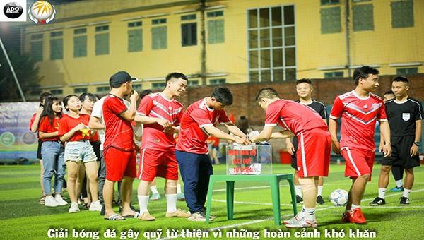 Cầu thủ và CDV Công ty Hoa Hồng TCP lên ủng hộ quỹ từ thiện