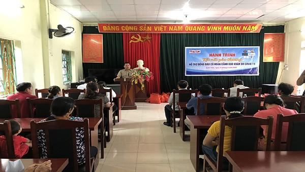 Nhà báo Vũ Đình Tiến phát biểu tại buổi lễ trao quà xã Quốc Toản, huyện Quảng Hòa, tỉnh Cao Bằng