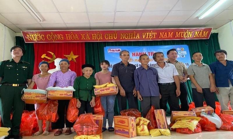 Báo Pháp luật Việt Nam trao tặng 200 suất quà cho gia đình khó khăn tại huyện Trùng Khánh