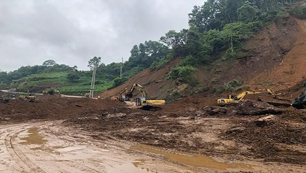 Các nhà thầu thi công đã và đang nỗ lực, khẩn trương khắc phục sự cố sạt lở tại tuyến đường Tỉnh lộ 207