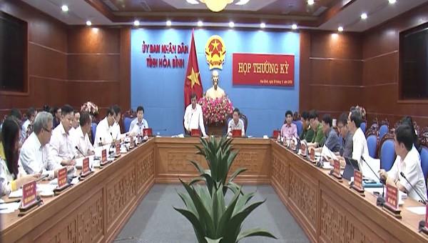Toàn cảnh hội nghị thường kỳ của UBND tỉnh Hòa Bình.