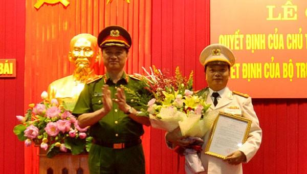 Thiếu tướng Nguyễn Duy Ngọc, Thứ trưởng Bộ Công an trao quyết định bổ nhiệm Giám đốc Công an tỉnh Yên Bái cho Đại tá Đặng Hồng Đức