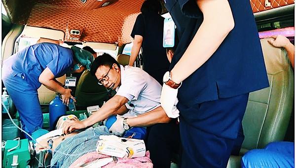 Bác sĩ cấp cứu trên xe ô tô thành công bệnh nhân sốc phản vệ nặng