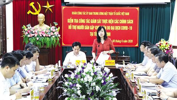 Phó Bí thư Thường trực Tỉnh ủy Đào Hồng Loan phát biểu tại buổi kiểm tra công tác chi trả hỗ trợ người dân gặp khó khăn do Covid-19.