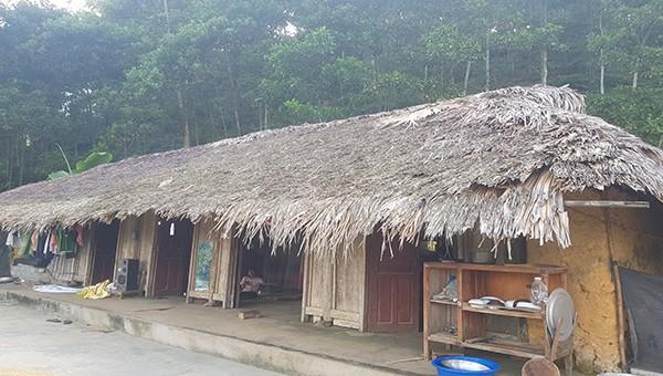 Căn nhà dột nát của gia đình ông Nguyễn Văn Cử - Khu 16, xã Phượng Vỹ, huyện Cẩm Khê không thuộc danh sách hộ nghèo, cận nghèo của xã