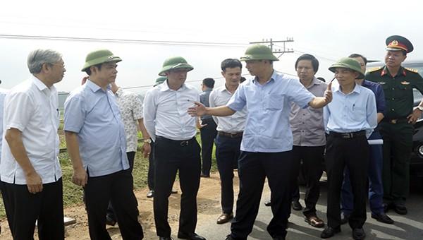 Thứ trưởng Bộ Y tế Nguyễn Trường Sơn cùng đoàn công tác kiểm tra thực tế tại đê tả Thao, xã Tứ Hiệp, huyện Hạ Hòa, tỉnh Phú Thọ