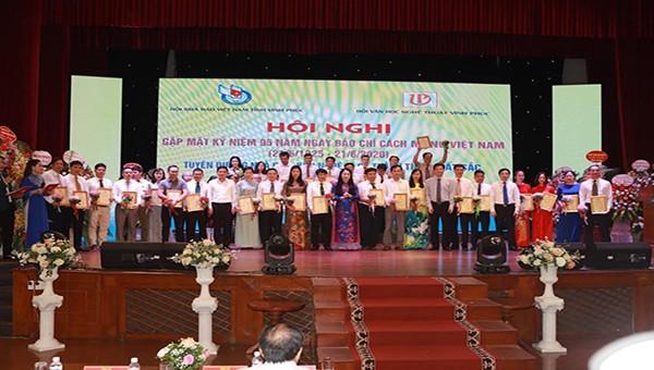 Lãnh đạo tỉnh trao giải thưởng cho các nhà báo, văn nghệ sĩ có thành tích xuất sắc