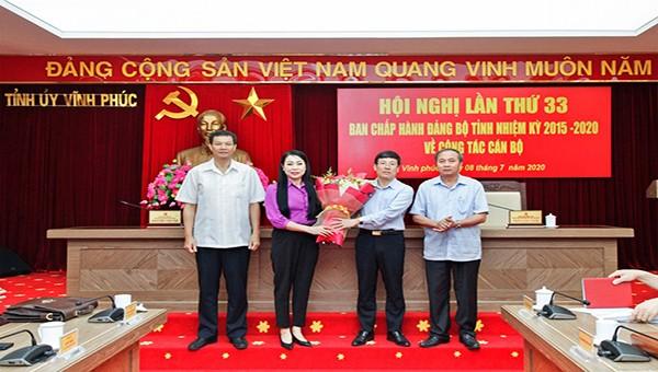 Lãnh đạo Tỉnh ủy chúc mừng Phó Chủ tịch Thường trực UBND tỉnh Lê Duy Thành được bầu giữ chức Phó Bí thư Tỉnh ủy nhiệm kỳ 2015-2020.